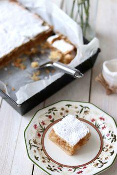 Kto nie ma słabości do domowej szarlotki? Najlepiej jeszcze takiej prosto z piekarnika i podanej z lodami <3 Uwielbiam szarlotkę niezależnie od pory roku. Uważam, że jest to wypiek, który idealnie wpisuje się w mroźną, zimową aurę jak i w ciepłe, słoneczne dni. Polish Recipes, Homemade Cakes, Feta, Sweet Treats, Dairy, Cooking Recipes, Sweets, Cheese, Baking