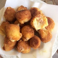 CHEESE & HAM CROQUETTES Ingredients: - 200 g mozzarella - 100 g cheddar cheese - 100 g Greek kefalotyri - 100 gr Philadelphia - 1 cup cooked ham, finely diced egg - 1 tbsp flour - zest of one lemon - pinch of pepper - Vegetable oil for frying - Ham And Cheese, Cheddar Cheese, Greek Appetizers, Good Food, Yummy Food, How To Cook Ham, Greek Recipes, Party Snacks, Finger Foods