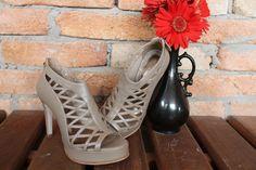 The Day Shoe . Modelo Lia da linha Pret-a-Porter na versão Taupe Perolado. Sapato de noiva do jeitinho que você sonha... #sapataodenoiva #sapatosobmedida #feitoamao #thedayshoe #sapato #saltoalto #shoe #shoes #wedding