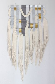 Makramee Wandbehang gry wht 2 von HIMO ART One - Makrame DiyProjectGardens Macrame Art, Macrame Projects, Organic Cotton Yarn, Cotton Rope, Rope Art, Woven Wall Hanging, Tapestry Weaving, Weaving Techniques, Textile Art