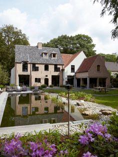 mooi: Rechtse bijgebouw met houten balken zwarte ramen te groot contrast hier