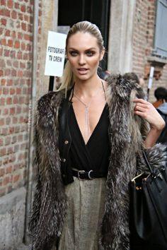 Deep V-plunge neckline, fur, prints #candiceswanepoel
