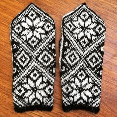 New mittens:) Made to replace the previous pair that got lost. Still in need of some blocking though #knitting #strikking #restefest2016  #scrapyarnproject #mittens #votter #alpakkagarn pattern: #sigbart from #vanterforallaårstider by knitnuts