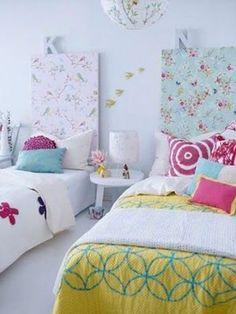 ベニヤ板やすのこを花柄の布地で包んで、ベッドと壁の間に挟んで立て掛けてるだけで、立派なヘッドボードに。  ふんわり春が来たようなやわらかな雰囲気は、ファブリックならではの効果。