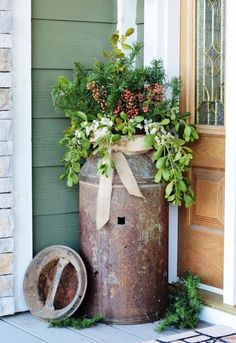 Fantastic Rustic Farmhouse Porch Decor Ideas Antique milk can rusty flower pot idea # Antique Milk Can, Vintage Milk Can, Old Milk Cans, Milk Jugs, Milk Pail, Rustic Outdoor Decor, Rustic Patio, Outdoor Decorations, Rustic Planters
