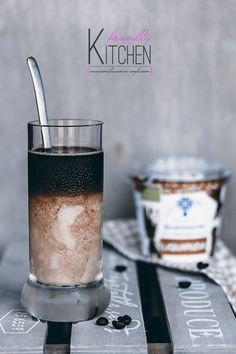 Il caffè on the rocks è un incontro tra il caffè e lo yogurt alla liquerizia a temperature bassissime. Una fresca e intensa sorpresa per il palato!