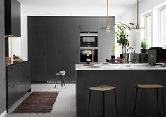 Grått kjøkken med kjøkkenøy. Se mer av vårt moderne kjøkken Bistro peppergrå her. Kjøkkeninspirasjon finner du hos Drømmekjøkkenet!