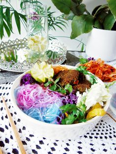 This is so simple that I almost feel ashamed making a post on it, but at the same time so awesome that it would be a shame if I wouldn't! These noodles will turn from blue to pink…