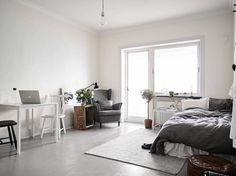 Mindössze 23 m2-es ez a kis lakás, amit sikerült úgy berendezni, hogy tágasnak, kényelmesnek érezzék a benne lakók. A régi fapadlót szürkére festették, ez kellemes alapot ad a nagy szobának. A konyhának falfülkét alakítottak ki, így szépen elkülönül a nappali terétől. A s