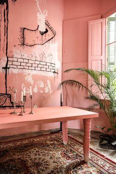 Salle à manger rose Dessins sur les murs Casa Horta Barcelone Maison Guillermo Santoma et Raquel Quevedo