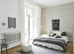 Door het streepjesbehang lijkt deze slaapkamer breder. Ook hier weer een prachtig plafon met een sierrand. Leuk accent de marokaanse poef.  Meer wooninspiratie op mijn interieurblog http://www.interieurinspiratie.nl/