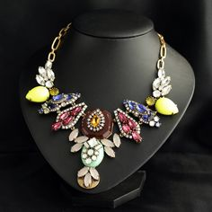 Luxurious Pendant Necklace With Colorful Artificial Gemstone