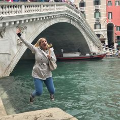 Letzte Woche in Venedig.  Kann ich nur empfehlen! Das Sprungfoto könnte ich noch üben aber die Rialtobrücke muss man definitiv gesehen haben wenn man in Venedig war. Lustigerweise haben nach uns einige das Foto nachgestellt und sind auch fröhlich herumgehüpft. Umso besser dann war es mir etwas weniger peinlich.  Schaut ihr euch auch gerne Städte an? Habt ihr absolute Must-Visit-Empfehlungen? #hochdiehändewochenende #me #visitvenezia #rialtobridge #venice #italia #werbungwegenortsnennung… Instagram, Photos, Italia, Venice, Photo Illustration