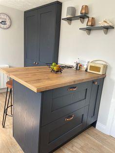 Cosy Kitchen, Breakfast Bar Kitchen, Home Decor Kitchen, Kitchen Interior, New Kitchen, Home Kitchens, Kitchen Design, Copper Handles Kitchen, Copper And Grey Kitchen