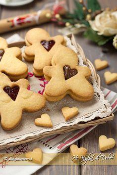 Omini biscottini dal cuore tenero, semplici biscotti di pasta frolla con un cuore di Nutella o marmellata. Biscotti carini da regalare a Natale o gustare. Biscotti Biscuits, Biscotti Cookies, Yummy Cookies, Cake Cookies, Yummy Treats, Christmas Desserts, Christmas Treats, Christmas Baking, Christmas Cookies