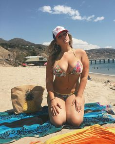 beautiful plus size models nowadays are on the runway with a catwalk show, featuring curvy, sexy and healthy body. These models are gorgeous . Sports Illustrated, Hunter Mcgrady, Curvy Swimwear, Mädchen In Bikinis, Sexy Curves, Beach Babe, Bikini Girls, Sexy Women, Curvy Women