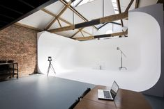The 180 degree full cove benefits from natural daylight that can be manipulated by a system of in-built blackout blinds. Full blackout can be achieved. Loft Studio, Studio Build, Dream Studio, Film Studio, Video Studio, Photography Studio Decor, London Photography, Home Photography Studios, Film Photography