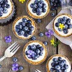 Easy blueberry lemon tarts in mason jar lids - Dessert Recipes Dessert Shooters, Dessert In A Jar, Dessert Ideas, Mason Jar Desserts, Mason Jars, Kid Desserts, Frosting Recipes, Cookie Recipes, Best Banana Muffin Recipe