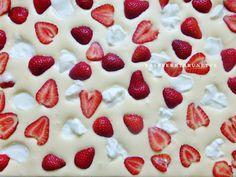 Raspberrybrunette: Bublanina s jahodami a tvarohom Sweet Desserts, Strawberry, Food And Drink, Cooking Recipes, Pudding, Baking, Fruit, Yummy Yummy, Gardening