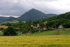 ČESKÉ STŘEDOHOŘÍ Lipská hora od vesnice Kocourov    Lipská hora (689 m) je blízká příbuzná Milešovky nebo Kletečné, dvou nejvyšších a blízkých vrchů v pohoří. Vznikla erozním obnažením podpovrchového lakolitu, který se vmístil mezi měkčí vrstvy jezerních a sopečných usazenin. Příbuznost s výše uvedenými vrchy dokládá také šedohnědá hornina trachyt s typickou deskovou odlučností a značné převýšení nad okolním terénem - na východě úctyhodných 300 m.