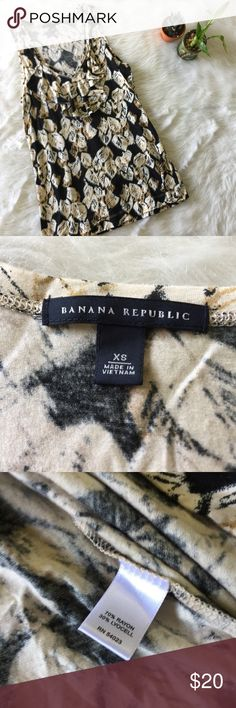 Banana Republic Leaf Tank This tank is in excellent condition! Size XS. Smoke and pet free home. No flaws like stains or holes. No trades. Offers welcome 😊 Banana Republic Tops Tank Tops