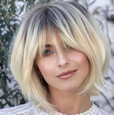 Best bobs 2019 - how beautiful is this cut on Julianne Hough, classic bob with s. - Short HairBest bobs 2019 - how beautiful is this cut on Julianne Hough, classic bob with soft bangs Haircuts With Bangs, Short Bob Hairstyles, Hairstyle Short, Stacked Bob Haircuts, Hairstyles For Long Faces, Long Bob Haircut With Bangs, Haircut Bangs, Best Bob Haircuts, Hairstyle Ideas