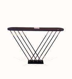 Console de la collection graphique. Plateau en placage Ebene, tiges en acier noir et laiton patiné. Hauteur 100 cm, longueur 130 cm.