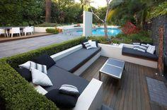 garten-lounge-sets-gestaltungsideen-gemauerte-sitzbank-hecke-grenze