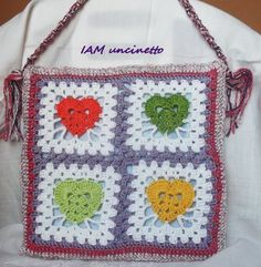 Borsa a tracolla a piastrelle con cuore centrale fatta all'uncinetto in cotone, seta e lurex. Crochet granny square bag. Messenger bag