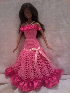 vestido longo feito em croche com linha cléa 100% algodão, com babados e forro em setim decorado com um lindo laço de fita de setim  alças em misangas branca e rosa, com botões de miçanga de acrílico. R$ 20,00