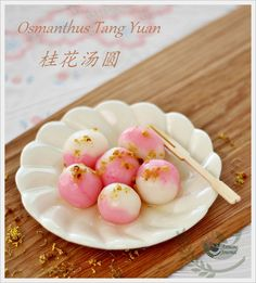 This osmanthus tang yuan sweet soup gives a sweet nice flavour of osmanthus. You can also just drizzle some osmanthus sugar syrup over the tang yuan. Japanese Snacks, Japanese Sweets, Asian Desserts, Asian Recipes, Chinese Desserts, Tang Yuan Recipe, Cute Food, Yummy Food, Sticky Rice Recipes