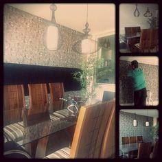 Tecido na parede pra aquecer uma sala de jantar que andava muito sem graça. #aGenteFez