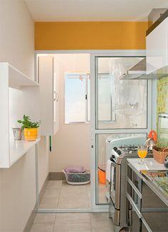 Uma forma prática de poupar metragem é instalar a secadora acima da máquina de lavar roupa. Apenas 1 m² da parede do tanque tem cobertura de azulejos, o bastante para proteger a alvenaria da água que espirra. As demais superfícies receberam tinta acrílica. Projeto de Douglas Honma.