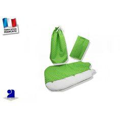 """Gigoteuse bébé 0-3 mois et drap housse anis  par Poussin Bleu     Belle parure de lit bébé pour compléter le trousseau de naissance!  Une gigoteuse, un drap housse et un sac baluchon assorti en cadeau!     Gigoteuse 0-3 mois  en coton et ouatinée, doublée coton  Fermeture par brides et boutons  Fermeture aux épaules par boutons     Appelée également """"turbulette """",  la gigoteuse remplace les couvertures trop dangereuses pour les nourrissons."""