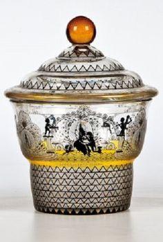 Deckeldose Adolf Beckert (Entwurf), Fachschule Steinschönau, F. Pietsch (Ausführung), Steinschönau, 1915 - 1920 Farbloses, teils seidenmatt geätztes und gelb gebeiztes Glas mit Schwarzlot- und Goldbemalung.