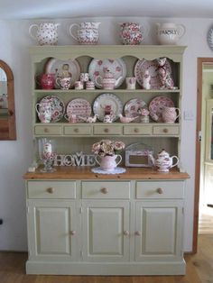 Chic Kitchen Dresser Popularity of Shabby Chic Furniture Increases Day by Day Cocina Shabby Chic, Shabby Chic Kitchen, Vintage Shabby Chic, Shabby Chic Homes, Shabby Chic Decor, Kitchen Decor, Kitchen Ideas, Vintage Kitchen, Rustic Decor