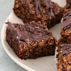 This Healthy Oat and Date Slice is so quick and easy to prepare! Filled with oats, chia seeds, dates and nuts… it's the perfect clean eating treat! Lunch Box Recipes, Snack Recipes, Dessert Recipes, Desserts, Date Recipes Healthy, Cheesecake Recipes, Healthy Baking, Healthy Treats, Healthy Slices