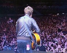 "Emotional Noel Gallagher Sings ""Don't Look Back in Anger"" Oasis – Argentina 2009 Look Back In Anger, Dont Look Back, Noel Gallagher, Love Rocks, Click Photo, Looking Back, Rock N Roll, Oasis, Singing"