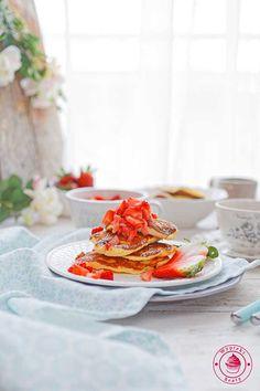 Gluten-free coconut buttermilk pancakes with apples and strawberries - bezglutenowe placki kokosowe z jabłkami