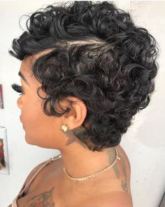 To have beautiful curls in good shape, your hair must be well hydrated to keep all their punch. You want to know the implacable theorem and the secret of the gods: Naturally curly hair is necessarily very well hydrated. Short Natural Curly Hair, Natural Curls, Short Hair Cuts, Pixie Cut Curly Hair, Curly Short, Thick Hair, Curly Hair Styles, Natural Hair Styles, Glossy Hair