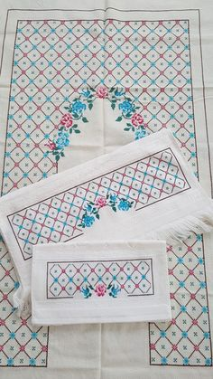 Etamin seccade Cross Stitch Patterns, Quilts, Blanket, Hand Towels, Crossstitch, Crochet Stitches, Towels, Dots, Embroidery