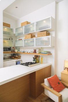 tiny kitchen: it's all there and cooking with gas!