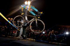 Telenet-Fidea Cycling Team: Later op de avond won Tom Meeusen de jumping. De renners moesten gelijk hoogspringers in de atletiek over een lat springen. Hoe hoog hij geraakte? 75 cm. Niet te doen! | CX Masters Waregem 25.2.15