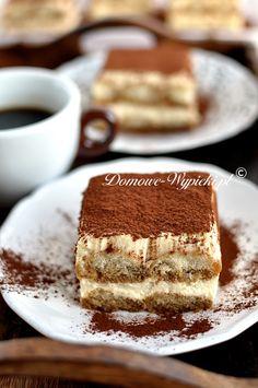 Włoski deser Tiramisu w klasycznej odsłonie. Pyszny, delikatny, jajeczno- serowy krem przełożony biszkoptami podłużnymi nasączonymi kawą i likierem Amaretto. Deser...