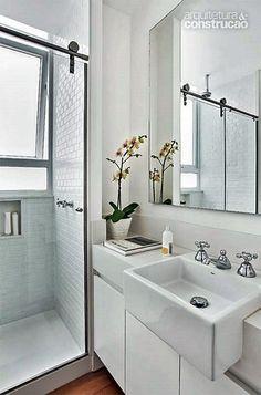 Um cuba de semi-encaixe (esta que se projeta para fora da bancada) quebra um galho danado em banheiros e lavabos pequenos.