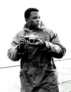 vintage everyday: Celebrities as Photographers – 31 Interesting Photos Show Famous People With Their Nikon F Cameras Celebrity Photographers, Famous Photographers, Celebrity Photos, Photography Camera, Digital Photography, Pictures Of People, Vintage Cameras, Famous Faces, Taking Pictures