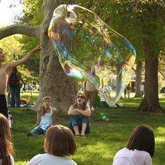 Cómo hacer burbujas gigantes caseras para jugar con niños