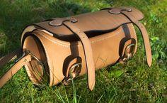 Sac «tonneau en cuir naturel, largeur 24 cm, bouclerie en laiton massif de la maison Poursin.