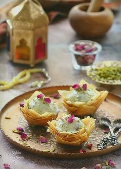 Arabic ice cream (Booza arabeyeh) is a famous dessert that is filled with the taste of the middle eastern cuisine, a combination of some flavors like Asht Pakistani Desserts, Indian Desserts, Indian Food Recipes, Arabic Dessert, Arabic Food, Arabic Sweets, Plats Ramadan, Famous Desserts, Middle Eastern Desserts