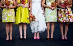 Des robes fleuries et colorées pour les demoiselles d'honneur.